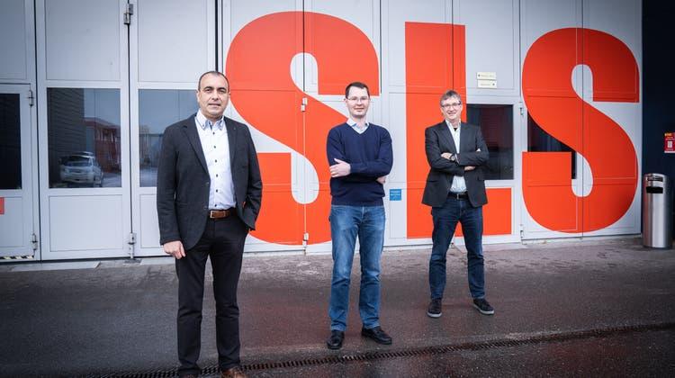 Das PSI-Forscherteam vor der Synchrotron Lichtquelle Schweiz (von links): Andrea Prota, Tobias Mühlethaler und Michel Steinmetz. (zvg)