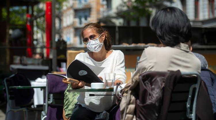 Der Regierungsrat findet es nicht realistisch, dass Restaurantgäste dauernd die Gesichtsmasken an- und ausziehen. (Dominik Wunderli)