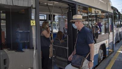 Im Bus stehend sollte man sich immer festhalten. (Urs Flüeler/Keystone)