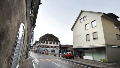 Die Seestrasse führt durch Berlingen, vorbei am Restaurant zum Schiff. Am 31. Mai treffen sich die Stimmbürgerinnen und -bürger des Dorfs am Untersee zur Gemeindeversammlung. (Bild: Nana Do Carmo(10.10.2013))