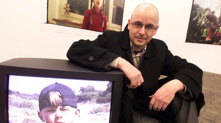 Stefan Banz im Kunstmuseums-Provisorium in Luzern am 20. November 1999. Die Fotografien und das Video entstanden in seinem engstenFamilienumfeld. (Archivbild: Peter Appius)