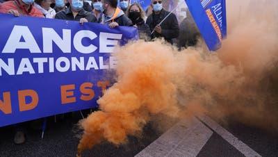 Französische Polizisten demonstrieren in Paris: Sie fordern ein Gesetz, das sie besser vor Übergriffen schützen soll. (Michel Euler / AP)