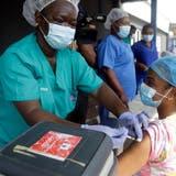Impfstoff gegen das Coronavirus wird in Nigeria dringend benötigt. (Sunday Alamba / AP)