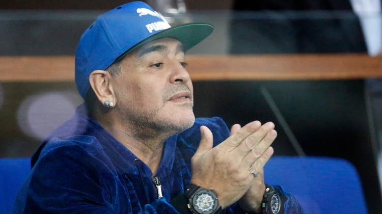 Diego Maradona vier Jahre vor seinem Tod als Zuschauer bei einem Tennismatch. (AP)