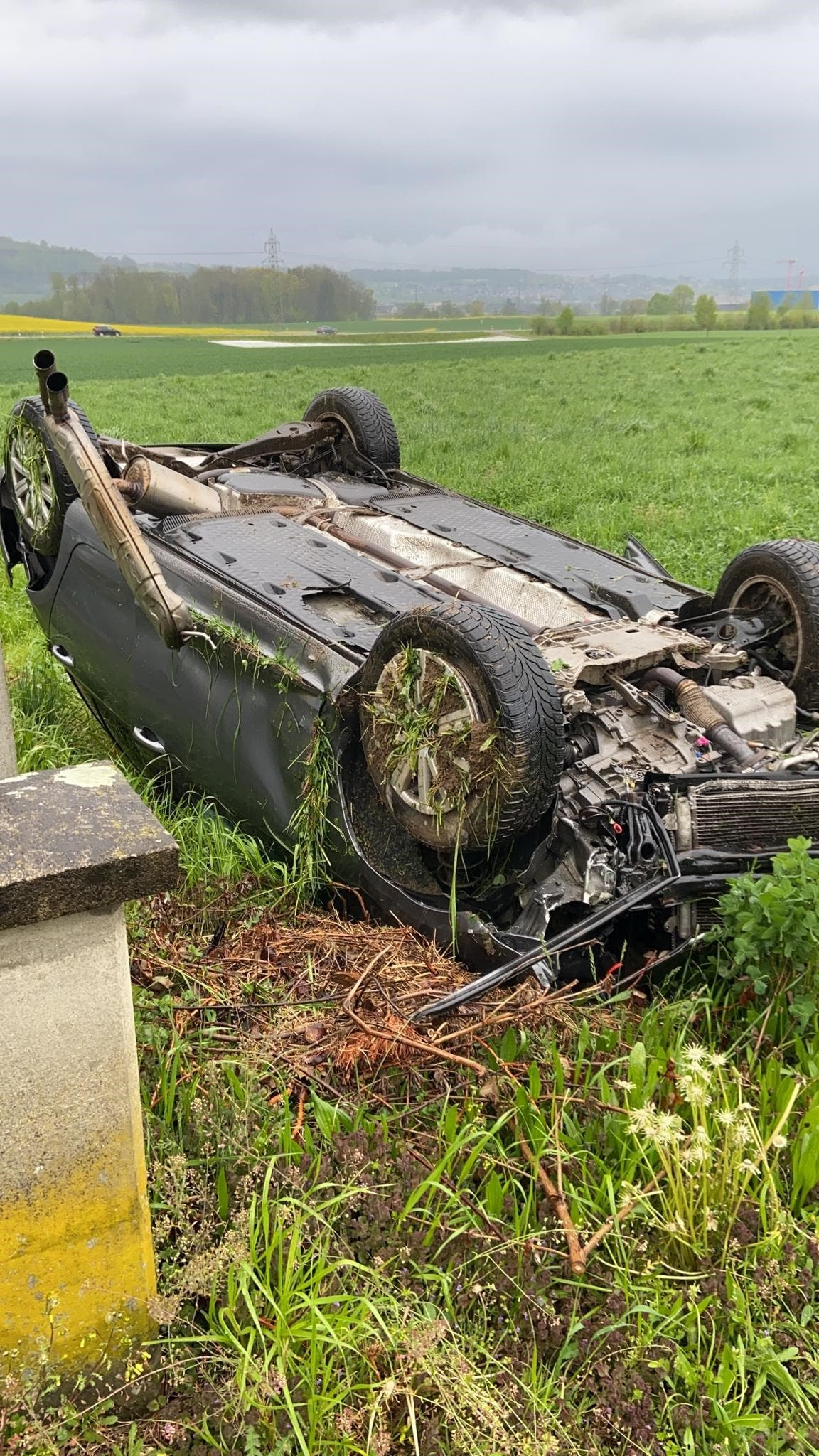 Dintikon, 2. Mai: Ein alkoholisierter 26-Jähriger verlor in Dintikon die Herrschaft über den Wagen. Er kam von der Fahrbahn ab und überschlug sich.