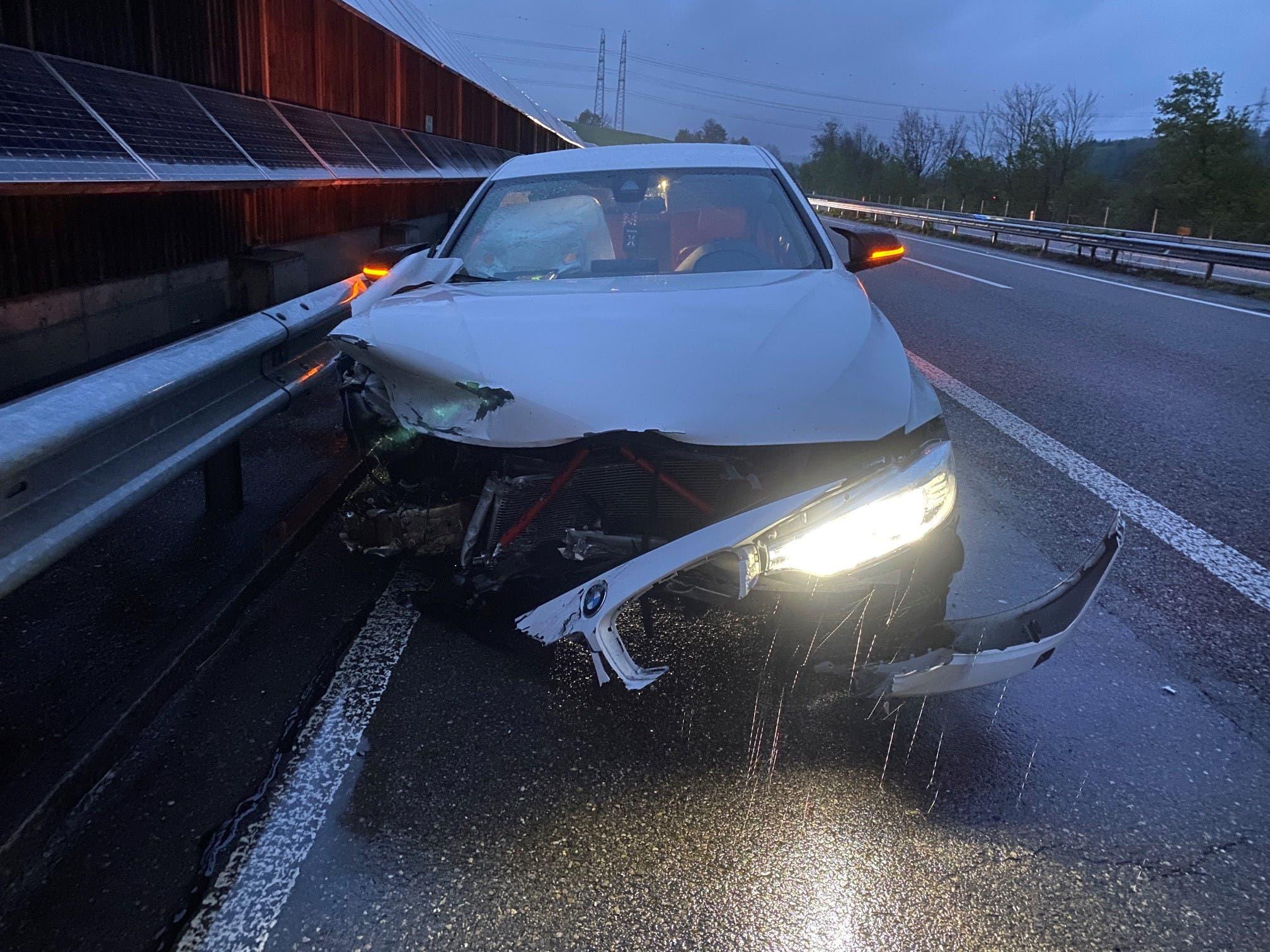 Safenwil/A1, 2. Mai: Eine 19-Jährige verlor die Kontrolle über ihr Fahrzeug. Sie kollidierte mit einem weiteren Fahrzeug. Beide prallten in die Leitplanke.