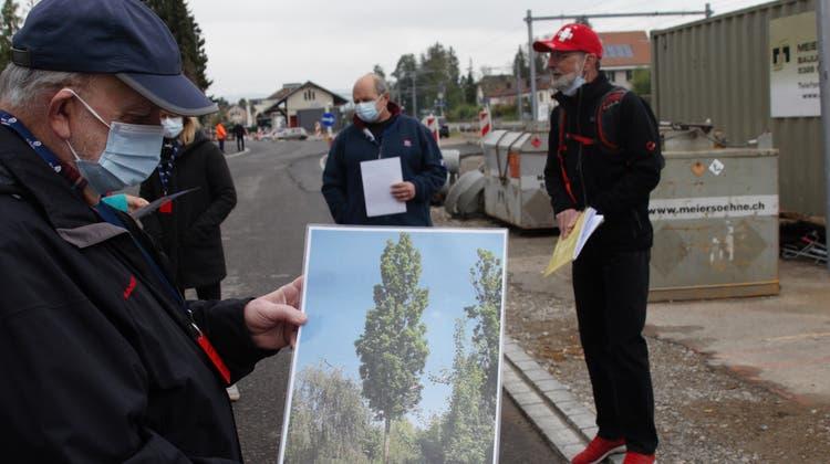 Gemeinderat Reto Fuchs stellte am Informationsrundgang zum Ausbau des Fleckenkonzepts die zukünftige Bepflanzung vor. (Bilder: Katrin Brunner)