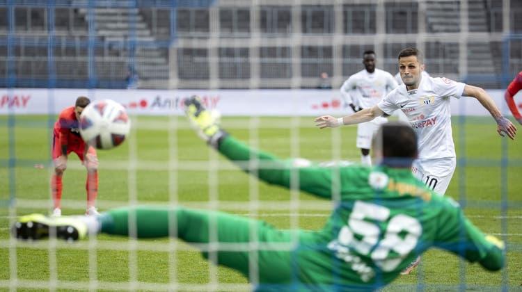 Antonio Marchesano verwandelt gegen Luganos Goalie Sebastian Osigwe den ersten seiner beiden Penaltys. (Keystone)