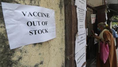 Kein Impfstoff mehr verfügbar, heisst es auf diesem Schild: Wie hier in der indischen Stadt Mumbai fehlt es im globalen Süden überall an Coronavakzinen. (Rafiq Maqbool / AP)