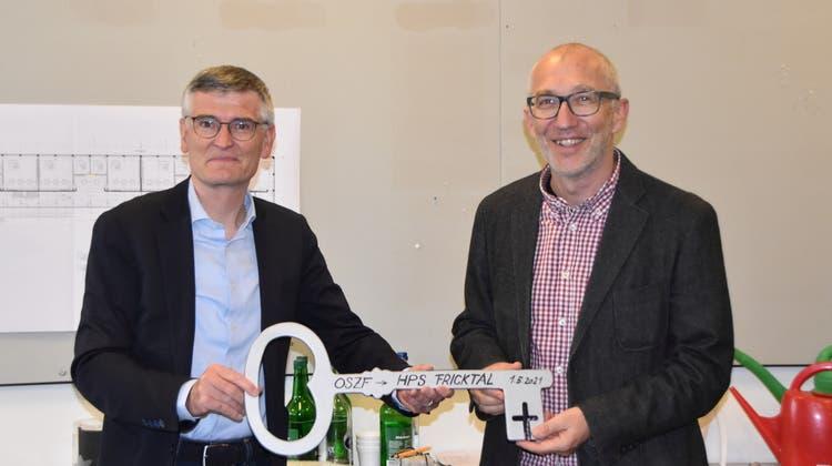 Hans Wüthrich, Präsident MBF (links) übergibt Schulleiter Urs Jakob den Schlüssel. (Horatio Gollin)