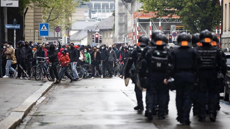 Die Stadtpolizei Zürich stoppte am Samstag mehrere illegale Demos. (Keystone)
