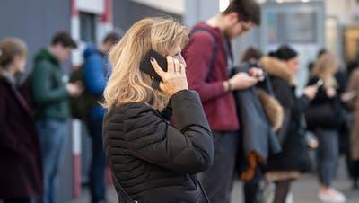 St. Gallen - Internet G5 Antenne Funk Smartphone Telefonieren an Bushaltestelle ÖV VBSGPersönlichkeitsschutz blonde Frau i.o. (Ralph Ribi)
