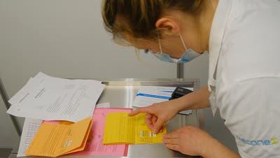 Das Impfzertifikat soll digital und fälschungssicher sein - anders als der Impfpass. (Kenneth Nars)