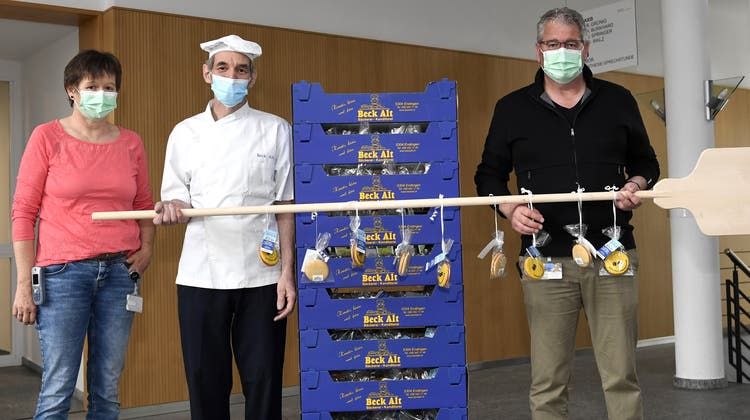 Bäcker Ruedi Alt (Mitte) übergab die süsse Überraschungan Spital-Direktor René Huber und Pflegedienstleiterin Ursula Keller. (Bilder: Alexander Wagner)