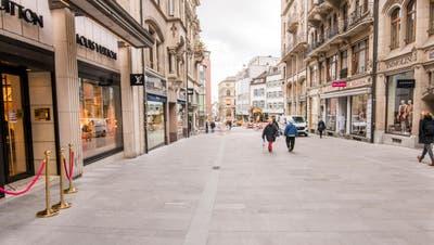Die Freie Strasse erhält einen neuen Belag. Die erste Bauetappe beim Bankverein ist abgeschlossen. (Nicole Nars-Zimmer)