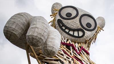 Bis jedes Kunstwerk an seinem Platz ist: Die Skulptur «Der Manipulator» von Markus Meyle wird für die Ausstellung Bad Ragartz auf den AussichtspunktGuschakopfgeflogen. (Bild: Gian Ehrenzeller / Keystone (Bad Ragaz, 26. April))