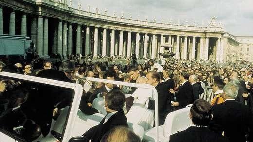 Papst Johannes Paul II. Sekunden nach dem versuchten Mordanschalg auf dem Petersplatz. (Wikipedia)