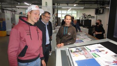 Marco Odermatt bei der Druckfreigabe des Buchs «Sportgeist» mit Beat Christen und Eskil Läubli (von links). (Bild: Ruedi Wechsler (Stans, 18. Mai 2021))