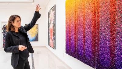 Gründerin, Galeristin und Künstlerin Claudia Limacherin derGruppenausstellung «Impulse» in der neu eröffneten «Impulse Gallery» an der Haldenstrasse 19 in Luzern. Im Vordergrund ein Werk von ZhuangHong-yi. (Alle Bilder: Nadia Schärli (Luzern, 18. Mai 2021))