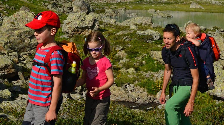 Rémy Kappeler mit seinen Kindern beim Wandern. (Bild: Jürg Buschor)