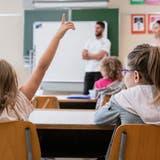 Keine Klasse wird allein gelassen. Zwar kann es sein, dass auch nach den Sommerferien noch nicht alle Stellen an den Schulen besetzt sind, dann finde sich aber eine andere Lösung, heisst es beim Kanton. (Symbolbild: Keystone)