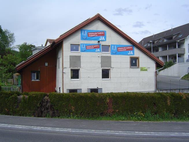 Von diesem Haus in Veltheim sind zwei Plakate abmontiert worden. Der Besitzer befestigte neue Banner höher an der Fassade und ausser Reichweite von Vandalen.