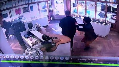 Überwachungskamera zeigt, wie Mercedes Schmuckladen in Aarau rammt