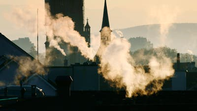 Es stimmt schon: Das Gesetz verteuert Heizöl, Benzin und Flugtickets. Doch es belohnt klimafreundliches Verhalten auch. (Bild: Keystone)