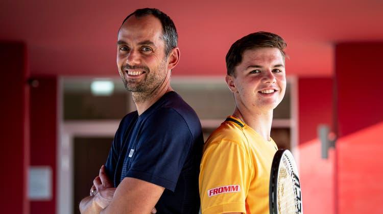 Dominic Stricker mit seinem Trainer Sven Swinnen im März in Biel. (Urs Lindt / freshfocus)