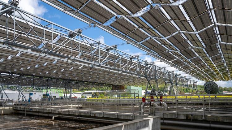 Hier faltet die grösste Solar-Faltdachanlageder Schweiz ihre Panels aus– und sie steht im Aargau