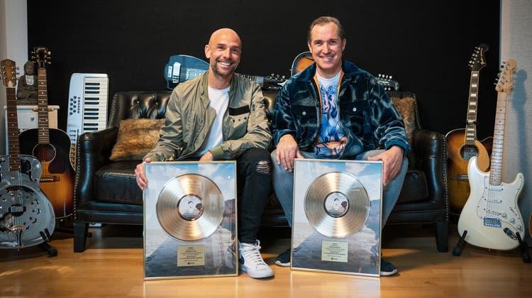 Roger Zeindler alias Roger Martin (rechts) und Maurizio Pozzi alias Maurice freuen sich über die goldene Schallplatte für ihren Hit «Waterfalls». (zvg)