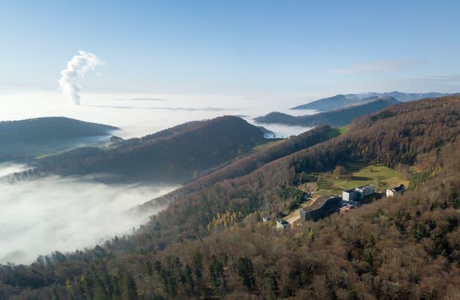 Die Barmelweid befindet sich auf 800 Meter überm Meer und gehört zum grössten Teil zur Gemeinde Erlinsbach AG. Nur eine kleine Ecke des Klinikgeländes liegt schon im solothurnischen Erlinsbach.
