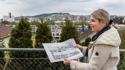 Daniela Wiesli ist Wilens leidenschaftliche Dorfchronistin. Sie zeigt von wo aus in Wilen im beginnenden 18. Jahrhundert Wil beschossen wurde. (Bild: Reto Martin)