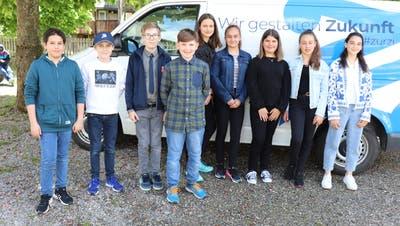 Diese neun Schüler starteten diese Woche die Medienkonferenz: Zurzach setzt in der Kommunikation auch auf die Jugend. (Stefanie Garcia Lainez)