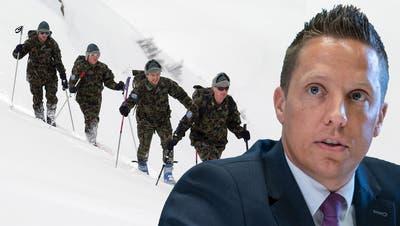 Armeeangehörige unterwegs mit Skiern. (key)