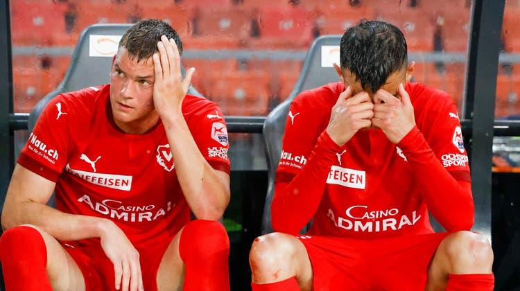 Die Enttäuschung ist gross: Elvin Ibrisimovic und Dejan Djokic verarbeiten den Abstieg mit Vaduz. (Bild: Freshfocus)