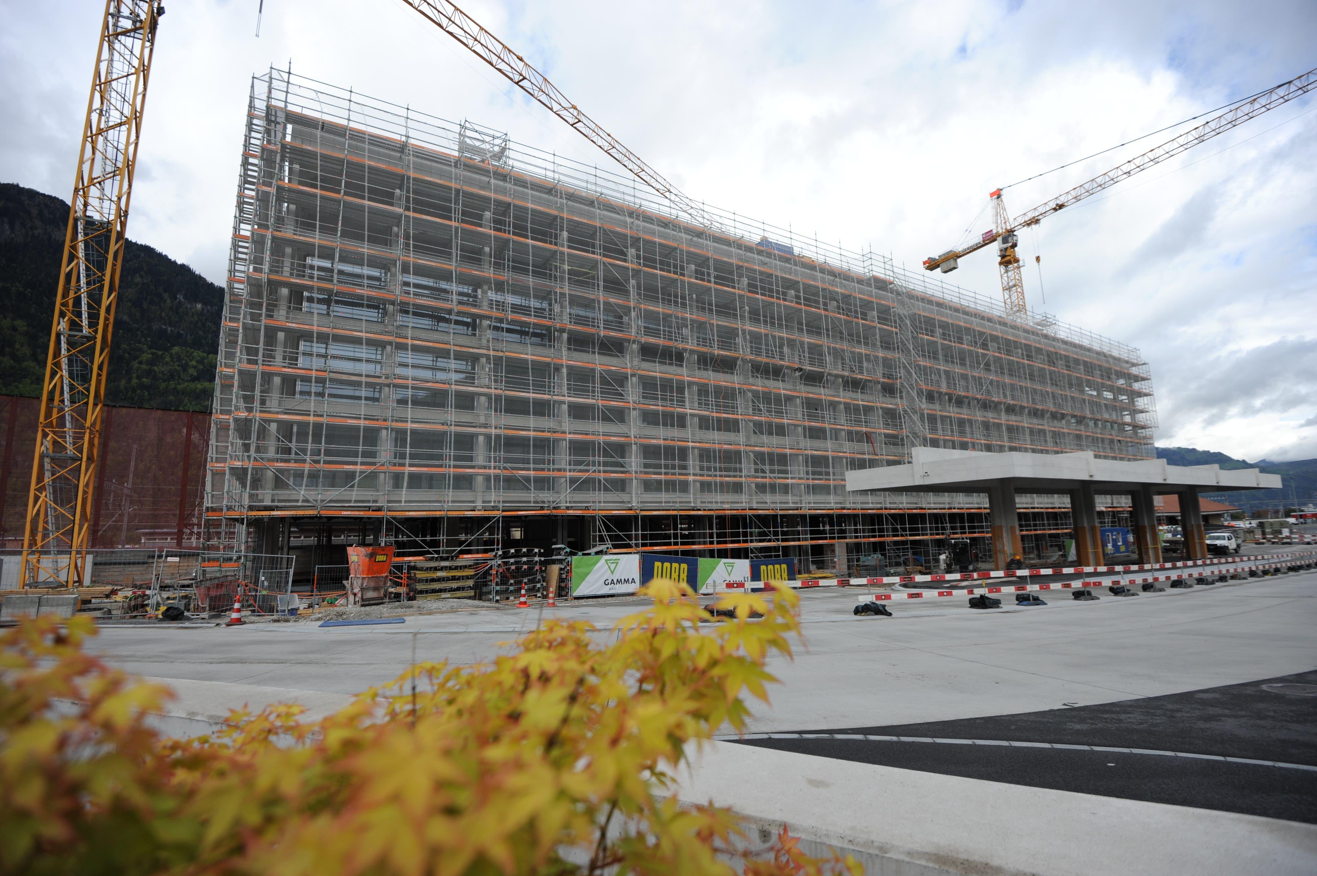 Der Neubau der Urner Kantonalbank mit dem Busbahnhof.
