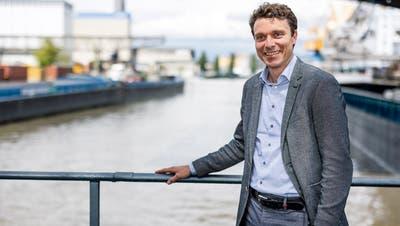 Sieht das Terminalprojekt noch immer optimistisch: Der neue Hafendirektor Florian Röthlingshöfer beim ersten Interview mit dieser Zeitung (im Hintergrund das Hafenbecken 1). (Kenneth Nars)