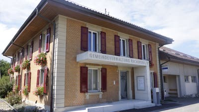 Positive Rechnung der Gemeinde Recherswil, aber das Dorfarchiv im Kellerdes Gemeindehauses leidet. (Urs Byland)