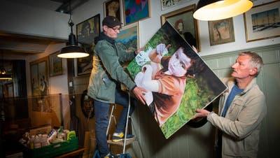 Die Wände sind abgewaschen, jetzt können die Bilder wieder rauf: Juri Schmid (l.)und Fredi Birrer bereiten ihre Beiz, das Perronnord, auf die Wiedereröffnung vor. (Bild: Ralph Ribi)