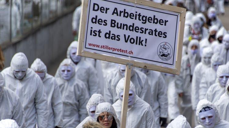 Anhänger des Vereins Stiller Protest bei der Coronademo vom 20. März in Liestal. (Georgios Kefalas / KEYSTONE)