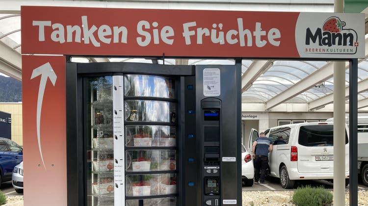 Die erste Früchtetankstelle der Schweiz an der BP-Tankstelle in Bellach. (Hanspeter Bärtschi)
