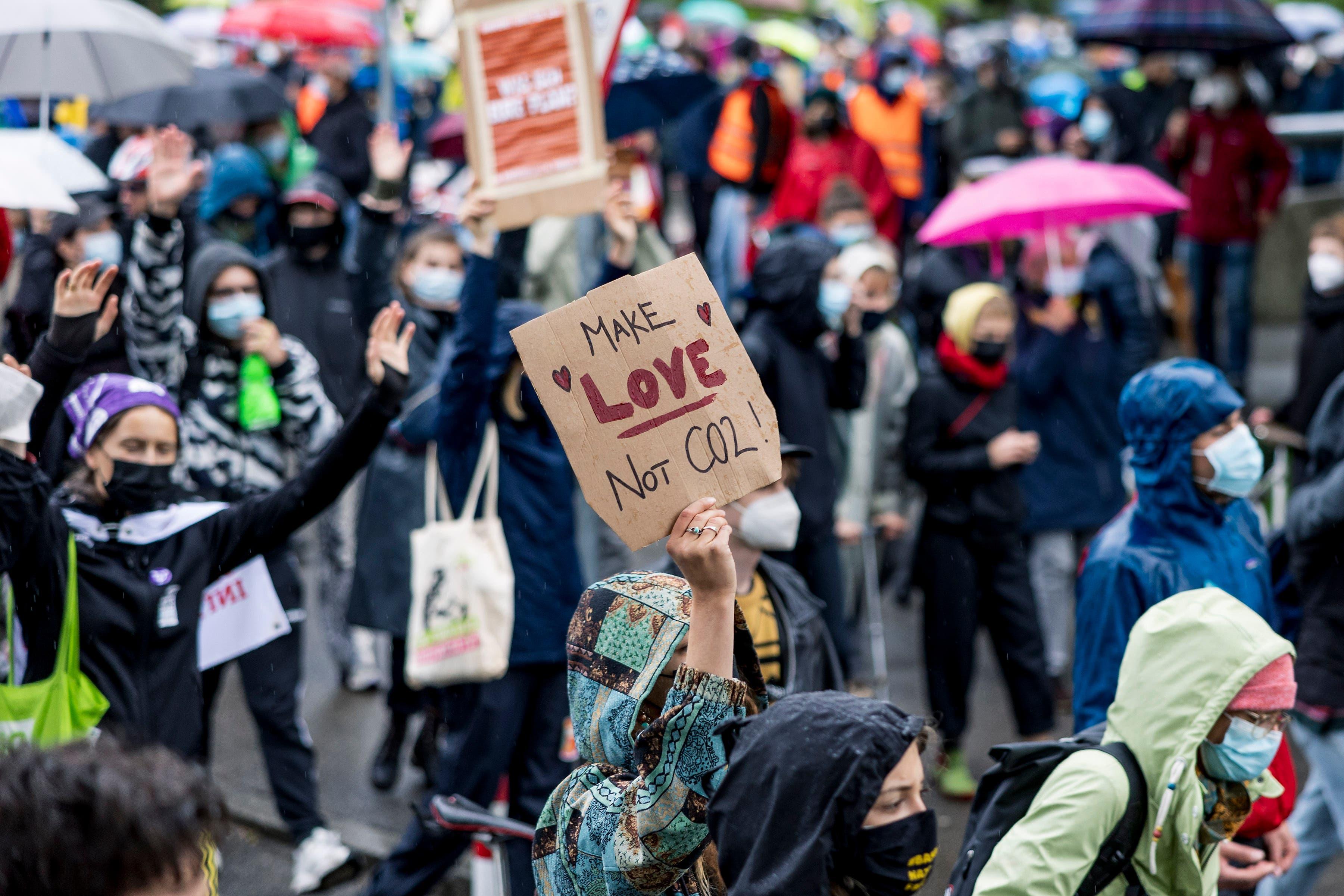 Die Demonstrierenden trotzten am Freitag dem Wetter und demonstrierten für den Klimaschutz.