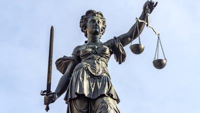 Der Beschuldigte bestreitet, seinen kleinen Sohn misshandelt zu haben. Das Urteil wird kommende Woche erwartet. (Bild: Archiv)