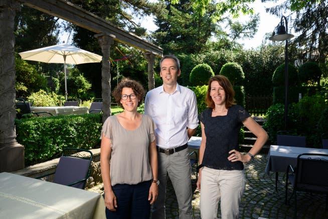 Im Garten des Restaurants Linde in Fislisbach. Das Gastgeberteam v. l.: Geschwister Isabelle Uttiger-Schible, Felix Schibli und Sarah Pente-Schibli.