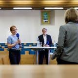 Podium Stadtpräsidiumswahlen Solothurn mit Stefanie Ingold (in der Mitte), Markus Schüpbach (rechts), moderiert von Stadtredaktorin Judith Frei (links): (Hanspeter Bärtschi / SZ)