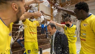 Trainer Dragan Andrejevic bekommt die Siegesdusche (Georgios Kefalas / KEYSTONE)