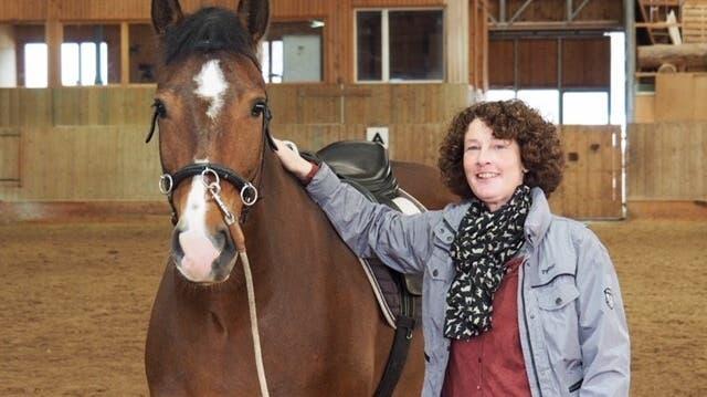 Psychotherapeutin Regula Blöchlinger besucht Domino in seinem Stall im Jura. Schon bald ist der Freiberger reif für den Einsatz als Therapiepferd. (zvg)