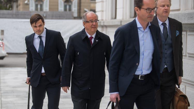 Auch der Schweizer Urs Linsi (Mitte),Ex-FIFA-Generalsekretär, erhält eine finanzielle Entschädigung zugesprochen. (Archivbild) (Keystone)