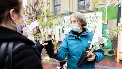 In Bern verteilten Gärtnerinnen und Gärtner, aktiv bei der Gewerkschaft, Setzlinge. (Severin Bigler)